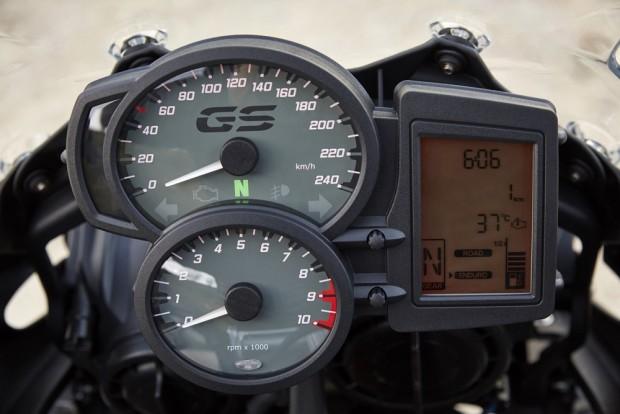 Painel igual, mas que traz mais informações, como os modos de pilotagem Road e Rain na F 700 GS