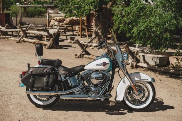 A Harley-Davidson cedeu todas as motos, roupas e acessórios presentes na novela. Inclusive, há uma Heritage Softail como item decorativo em um bar