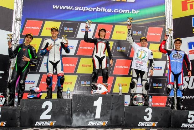 Renzo Ferreira tomou a ponta apenas nos metros finais da última volta da reta de Interlagos