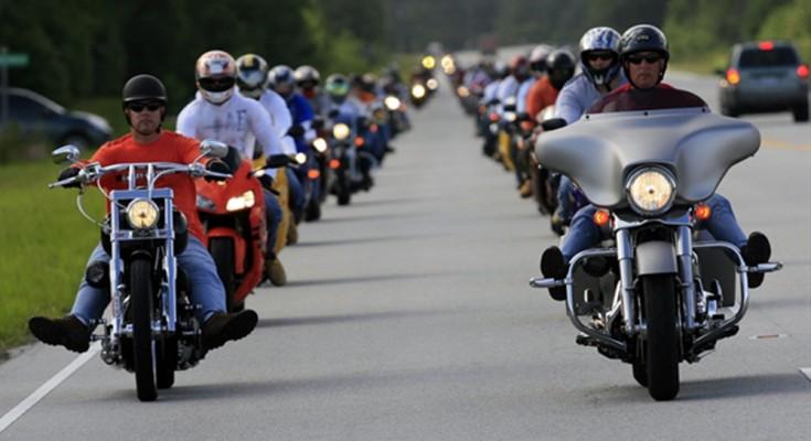Andar de moto em grupo requer cuidados especiais