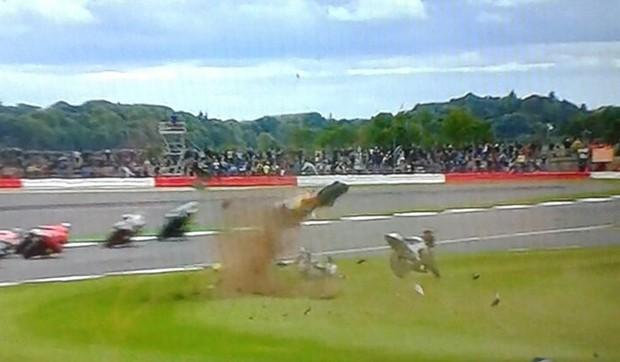 Incrível acidente na primeira volta do GP da Inglaterra