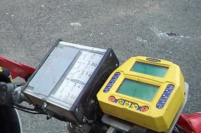 Totem e planilha instalados no painel de uma moto de Enduro de Regularidade