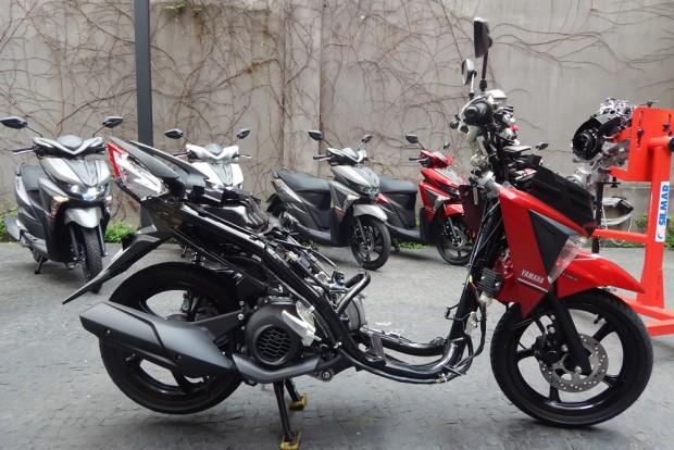 Branca, vermelha e cinza: nas lojas na segunda quinzena de outubro por R$ 7.990,00 e um bom pacote para atrair novos motociclistas