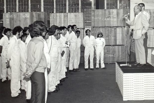 A primeiro visita de Soichiro Honda ao Brasil, ainda na primeira sede, em São Paulo