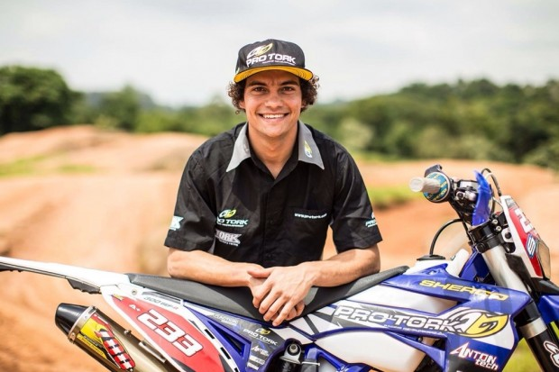 Com a metade da idade do colega, Lolo também quer ser campeão - mas não no motocross. Piloto é líder na E2 do Paranaense de Enduro FIM