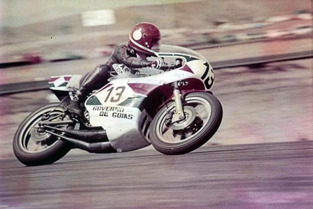 Edmar Ferraira e sua Yamaha no Mundial da categoria 750 cm³, em 1976. Piloto de motovelicidade será homenageado durante o ICGP, neste final de semana