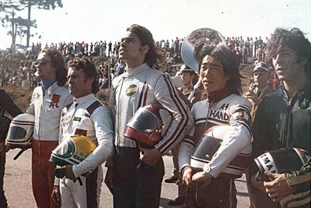 """Edmar e outros grandes nomes da motovelocidade: Ramon Macaya, Edmar, """"Jacaré"""", Eugênio Handa e Antônio P. Guzman. Foto registrada em Curitiba, 1974"""