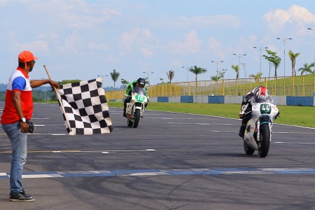 Bandeirada para Yves Hecq e Stefan Tennstädt, os primeiros da 250 na prova 2 do ICGP Brasil