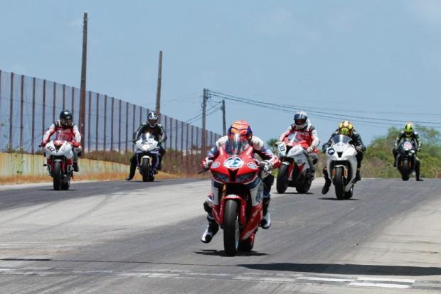 No grid, José Duarte alinhado com motos de maior cilindrada. Piloto cravou a pole, a volta rápida e a vitória