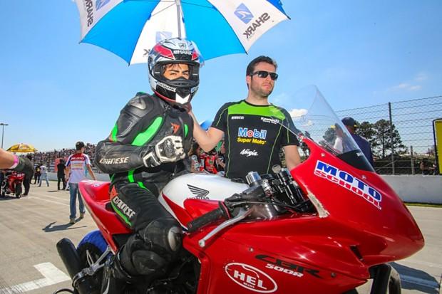 No Brasil, Davi Gomide compete pela categoria Copa Honda CBR 500R do SuperBike Brasil. Na Espanha, quer ser o segundo brasileiro a participar do Red Bull MotoGP Rookies Cup