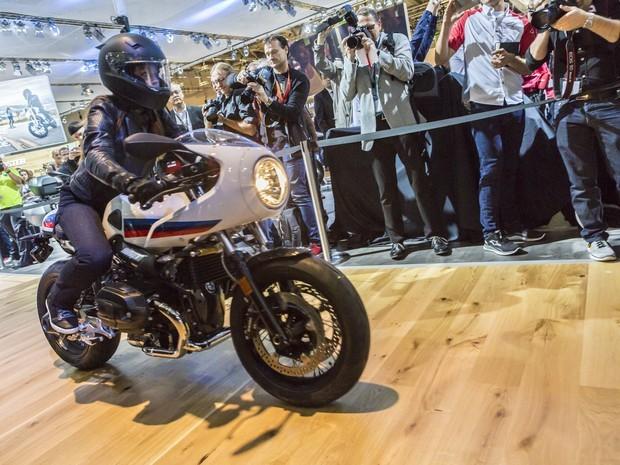 Em casa, a BMW Motorrad também aqueceu a imaginação dos saudosistas fãs de café-racers