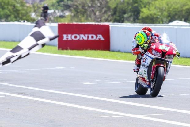 Eric Granado conquista a quinta vitória consecutiva na SuperSport 600cc e bate recorde da pista