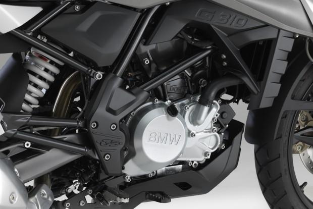 Motor com um cilindro inclinado para trás muda toda arquitetura tradicional; cabeçote invertido em 180 graus, entrada na parte frontal, saída na parte traseira