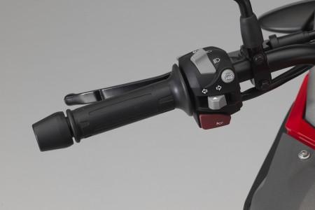 No punho esquerdo, botão para desligar o ABS