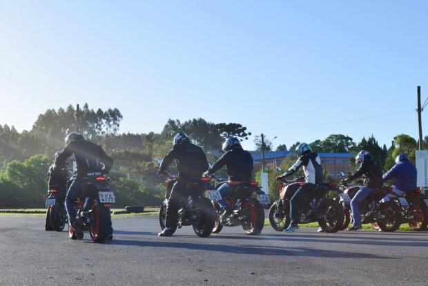 Motos KTM alinhadas para mais um início do KTM Duke Tour. Evento está em suas últimas etapas