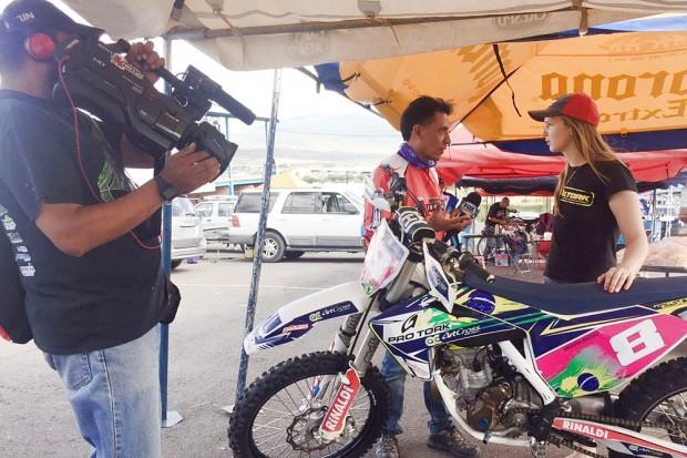 A piloto concedendo entrevista à TV mexicana