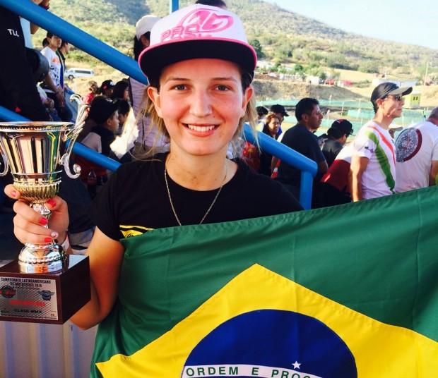 Com o troféu do vice Latino de Motocross em mãos. Fotos divulgada por Maiara em suas redes sociais logo após o término da prova