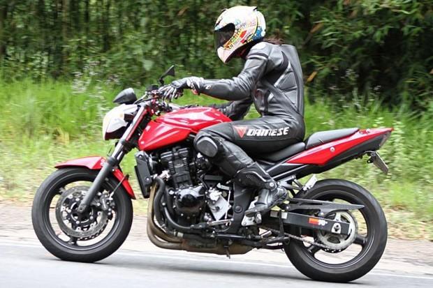 Sua primeira moto foi uma Yamaha XTZ Lander 250. Depois veio uma Suzuki Bandit 650N, e foi com ela que Samara iniciou em track days