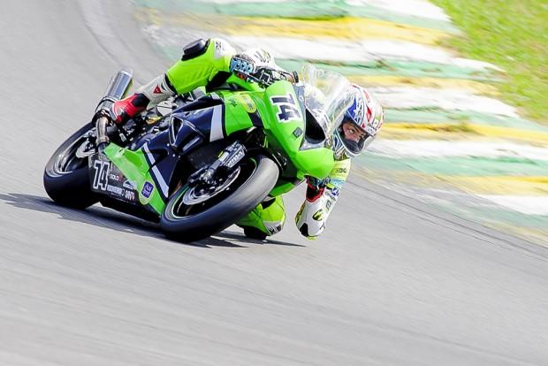Raspando a pedaleira (o joelho e quase o braço) nas curvas: Samara é destaque no SBK Brasil. Que seu exemplo leve muitas outras mulheres à pista!