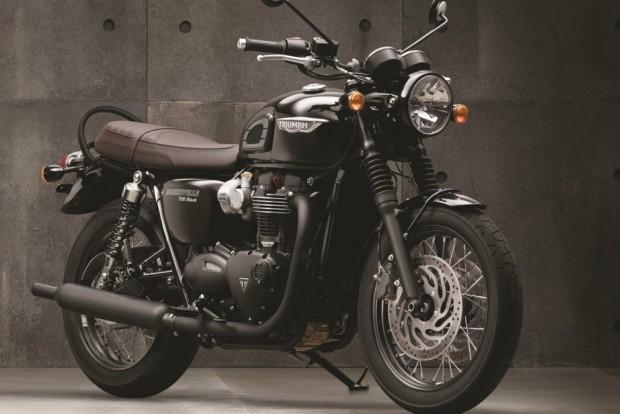 A Triumph Bonneville T120 Black, como sugere o nome, tem praticamente todos os componentes em preto, dando esportividade ao estilo clássico da moto