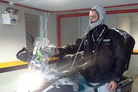 Motociclista conta com apoio de empresas que lhe fornecem materiais para uso durante a viagem. Dentre elas, a Riffel provê suas jaquetas