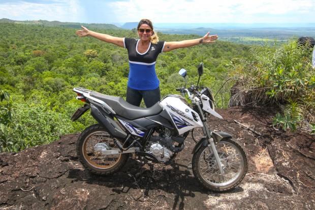 Eliana Malizia, acompanhada por outros jornalistas e pilotos, narra a aventura em busca da onça pintada. Mais de 2.500 km com uma XTZ Crosser 150