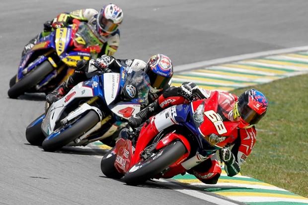 Uma cena para ficar na memória: Alex Barros (#4), aos 46 anos, correndo de igual para igual com os melhores pilotos da motovelocidade nacional atual