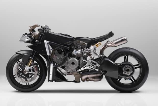 Diversos componentes em fibra de carbono, incluindo o chassis. Além disso, um monstruoso motor de dois cilindros, 217 cv a e 14,9 kgm de torque