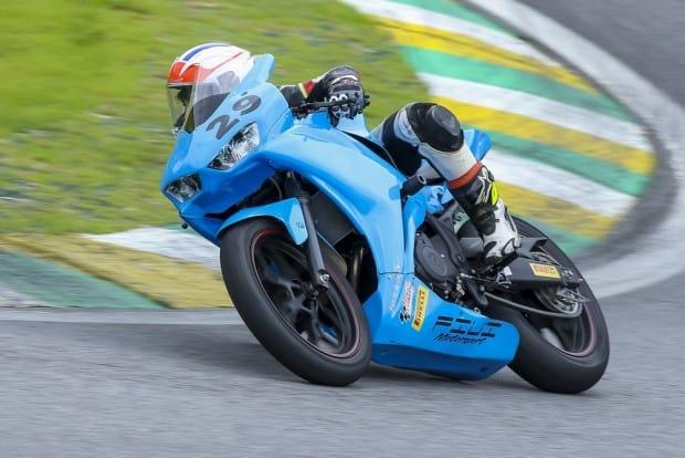 Na Yamaha R3 Cup, o vencedor da 1ª bateria foi Enzo Valentim Garcia