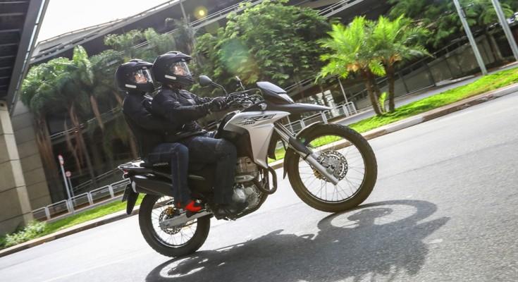 Urbana e para pequenas viagens no asfalto ou fora dele, a XRE 300 atende muito bem