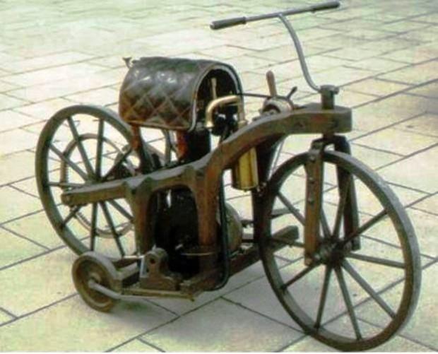 A primeira motocicleta, com um quadro de madeira com motor a combustão interna: 1885