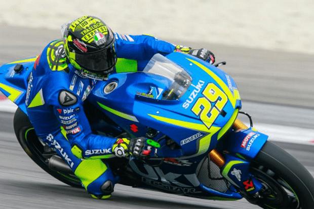 'Maníaco' e bom de braço. Vestido de azul, Andrea Iannone abocanha melhor tempo no segundo dia de testes da MotoGP