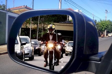Alguns motoristas apressados ou desatentos acham que é lenda... mas sim, muitas vezes alguém vem com uma moto ou bicicleta atrás do seu carro