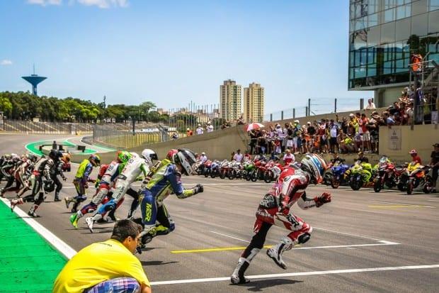 Tradicional largada das 500 Milhas: pilotos correndo para suas motos