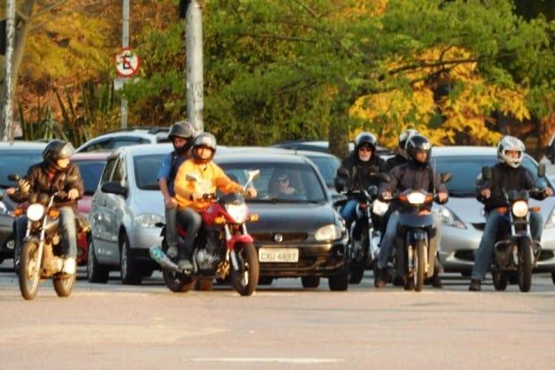 A decisão de enfrentar o trânsito utilizando uma moto é difícil e deve ser tomada com seriedade