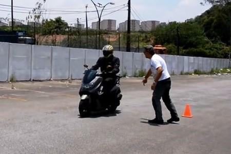 Não tenha medo de acionar os freios de forma decisiva, principalmente se sua moto tem ABS