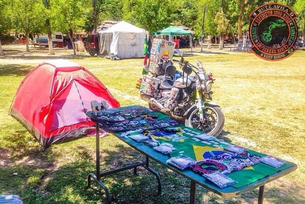 Em encontros de moto, Eduardo comercializava objetos para juntar dinheiro para seguir viagem