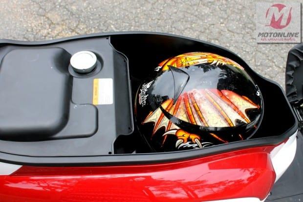 Porta capacete de 20 Litros sob o banco traseiro