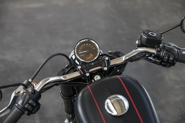 Vídeos em primeira pessoa reforçam detalhes que tornam a Roadster uma moto única no lineup da marca