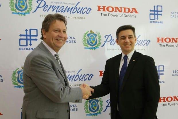 Charles Andrews Sousa Ribeiro, presidente do Detran-PE, e Alexandre Cury, diretor comercial da Honda: parceria do bem