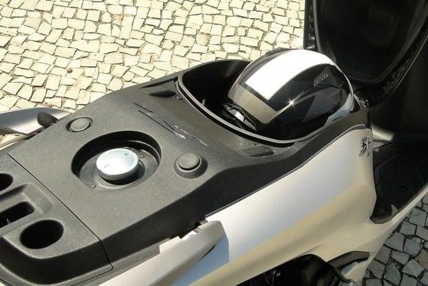 As grandes rodas de 16 polegadas cobram seu preço. Abaixo do tanque cabe um capacete integral - e nada mais