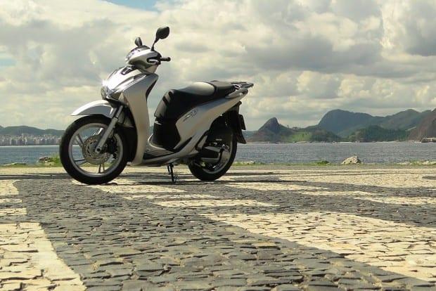 Esguia, ágil, com freios excelentes e um motor que dá conta do recado. Eis o novo e moderno scooter SH 150i