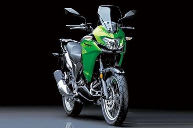 Enquanto a BMW apresentou a G 310 GS como uma moto ainda sem data para chegar, a Kawasaki largou na frente e já está vendendo por aqui a crossover Versys X-300