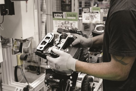 Na linha de montagem perfeitamente sincronizada, há sempre um cabeçote preto pré-montado à espera de um motor