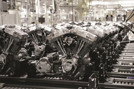 No final da linha de montagem, unidades de motores prontos são fixados em suportes de transporte que se encaixam em paletes especiais