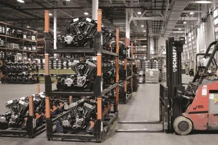 Unidades de motores finalizados estão prontos para pegarem a estrada rumo à montagem final de uma motocicleta Harley-Davidson na fábrica em York