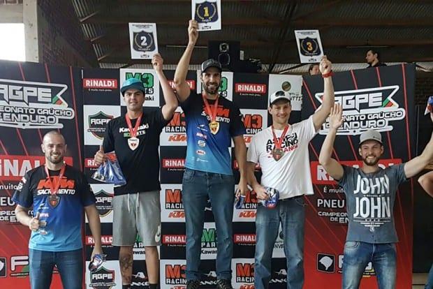 Gustavo Pellin no lugar mais alto do pódio no Gaúcho de Enduro FIM. Piloto venceu as duas etapas disputadas