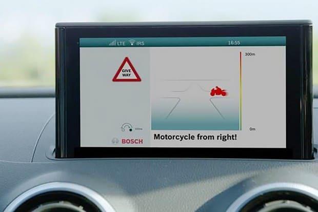O sistema funciona em milissegundos, enviando informações entre carros e motos. Cria-se uma espécie de radar, mostrando todos os veículos ao seu redor, sua velocidade e rota
