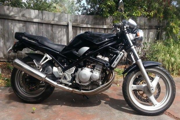 História da família iniciou em 1989, quando lançaram a GSF 250 (foto) e a GSF 400. Todas as motos do legado tinham motores DOHC de 4 cilindros, o que fazia a 250 gerar 45 cv