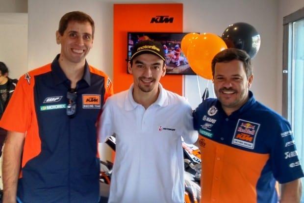 Ruan Burdino, do Motonline, ao lado de Jonathan Böhn e Paulo Alegria, da KTM: apoio da fabrica ao novo distribuidor